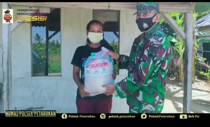 Sinergitas 3 Pilar Kecamatan Petarukan, Kabupaten Pemalang. Bagikan Sembako ke Warga